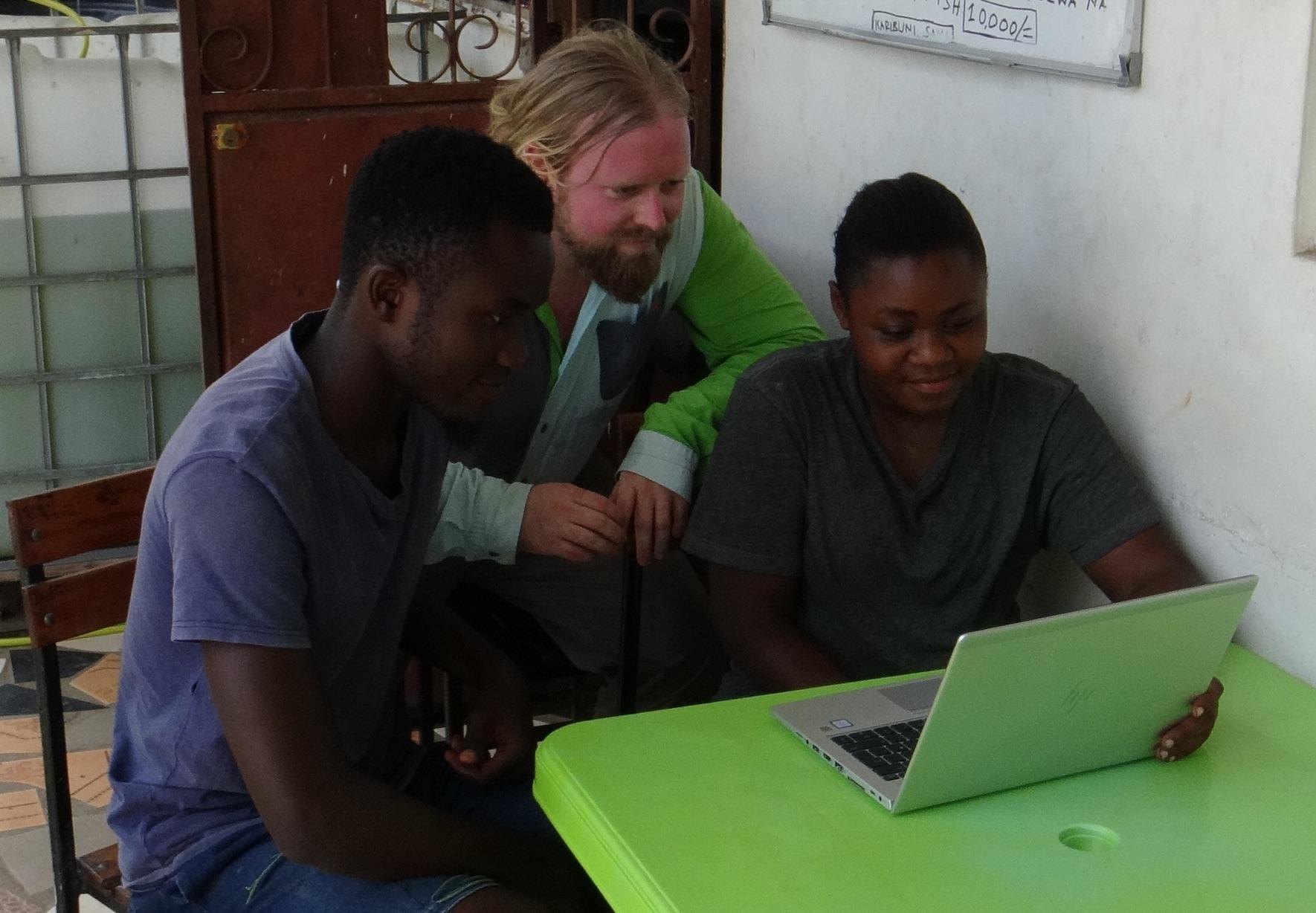 Nils Fredrik Vestvik og to av de lokalt ansatte som tester ut BluePlanets læringsplattform.